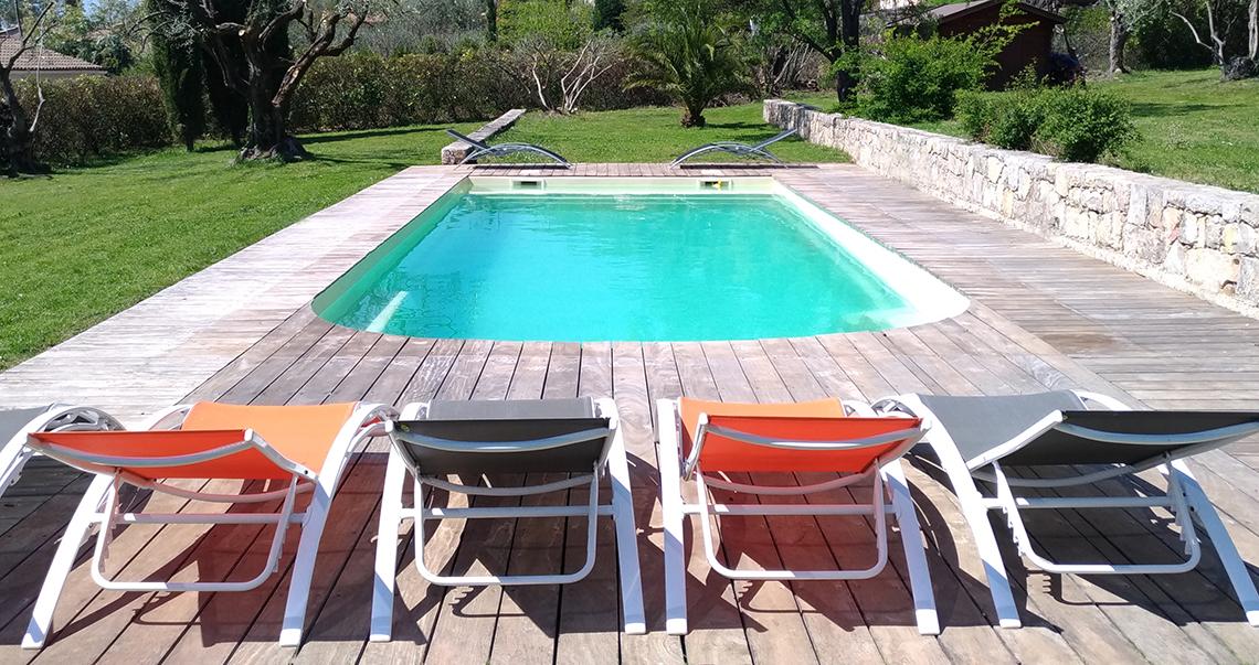 Chaises longues à disposition autour de la piscine de l'Escale Provençale
