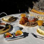Petit déjeuner sur la terrasse de l'Escale Provençale