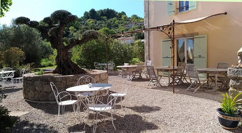 Terrasse du petit déjeuner à l'Escale provençale